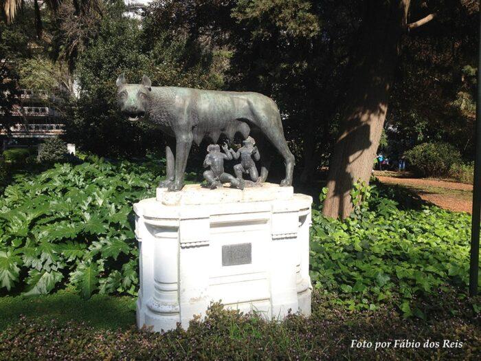 """Escultura """"La Loba Romana"""" no Jardim Botânico de Buenos Aires"""