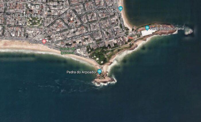 Localização da Praia do Arpoador e da Pedra em um mapa com visualização de satélite