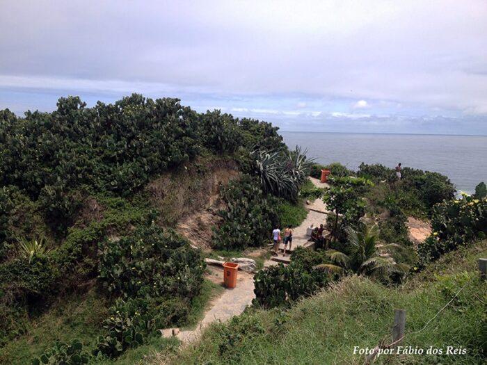 Uma trilha na Pedra do Arpoador