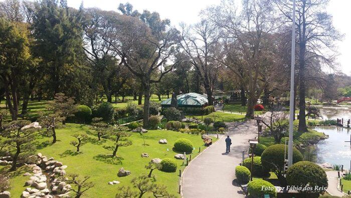Vista do Jardim Japonês de Buenos Aires a partir de seu salão de exposições