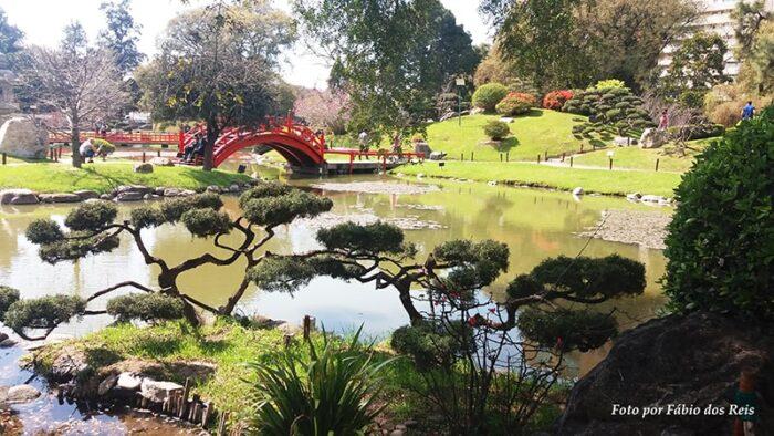 Ponte sobre o lago de carpas no jardim japonês de Buenos Aires