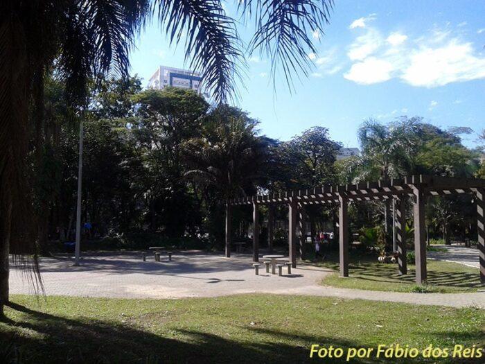 Área para atividades e bancos no parque Celso Daniel