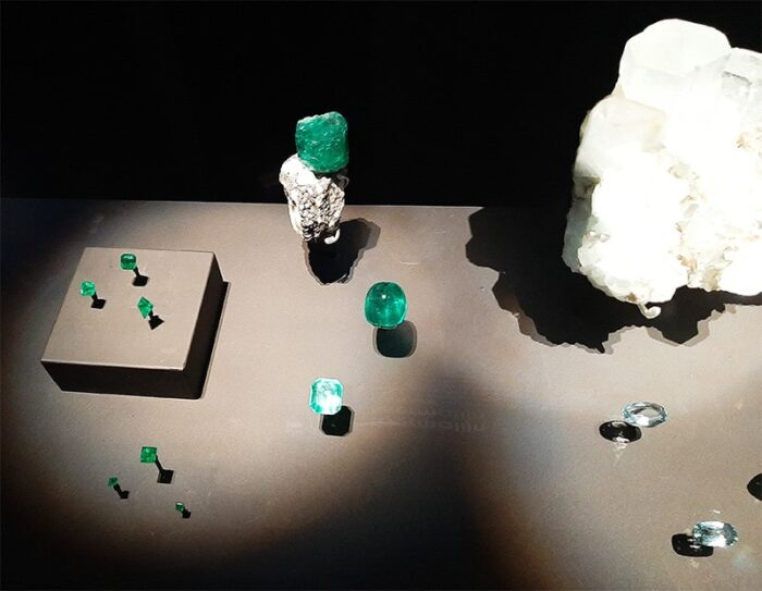 Pedras preciosas em exibição: esmeraldas