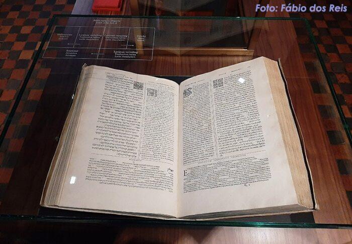 Bíblia Poliglota, em 5 idiomas