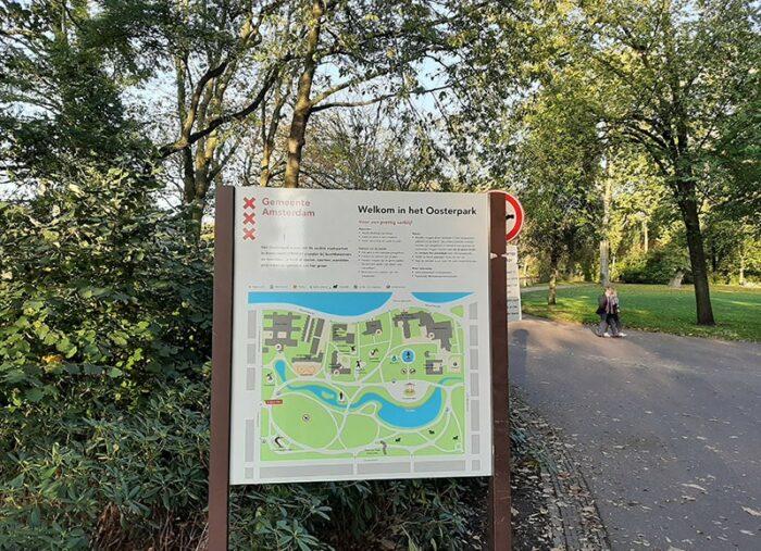 Placa de boas-vindas e mapa na entrada do Oosterpark