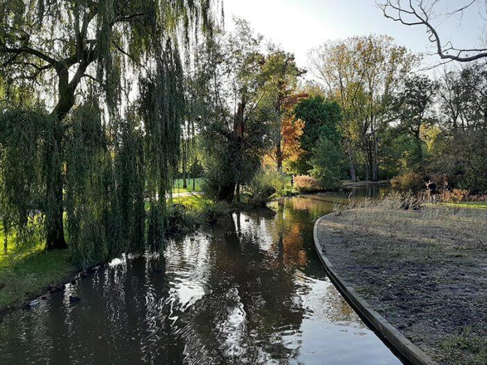 Pequeno canal dentro do parque Oosterpark, em Amsterdam